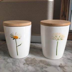 Små kopper/krukker med trælåg fra mærket Simply Flowers. De er designet af Lone Stokholm. Aldrig brugt, så i god stand. Nypris 110 kr. pr. stk. Sælges til 40 kr. pr. stk.