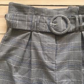 Ternede bukser med høj talje og flotte detaljer og bælte. Str 38, let tætsiddende, går til over ankel. Brugt et par gange, men meget pæn stand.  Ligner lidt taljen på sidste billede, men har dobbelte bæltestropper og er ikke så loose