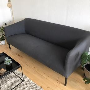 Sofa fra ILVA købt i 2018 for 5000,- Stået i hjem uden hverken røg, dyr eller børn, og den er ikke brugt til meget mere end pynt. Den er dog super komfortabel samtidig med, at den er stilren og klæder de fleste hjem!