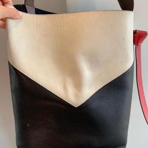 """Super fint Celine taske  Modellen hedder """"Chevron"""" Er en skuldertaske men kan bæres skrådt Har dustbag og tag  Der er brugs tegn på den hvide del og den skal forbi en skomager og have læderfedt  Den er i lækkert læder og der er plads til en computer i"""