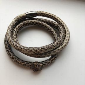 Story by Kranz og Ziegler armbånd i slangeskind, med lille charm