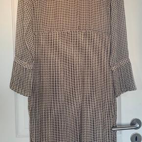 Fin Neo Noir ternet kjole. Carsmel/sort. Med hudfarvet underkjole. Plisse i ærmerne og nederste del. Brugt kun en gang. Køberen betaler fragten.