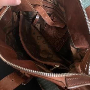 Tasken fejler ingenting - et fejlkøb. Har patina af hverdagsbrug, men ellers er der ingen skader eller lignende på taksen. Kvittering og garantibevis fra 2011, medfølger.