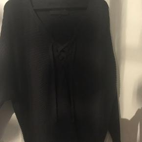 """#30dayssellout Den smukkeste strik/sweater i mørkegrå med """"bindebånd"""" foran fra Designers Remix i str L. Simpelthen så flot og blød i designet; man kan selv vurdere hvor meget man vil stramme ind med snorene foran, strikken har lækre lange ærmer og man kan virkelig fornemme den gode kvalitet som Designers Remix står for. 😊  Str. er L men vil sikkert også passe fint hvis man svinger mellem str. M-L.  Jeg har fået den i gave men sælger den smukke strik, da jeg har måttet sande at den desværre bliver for stor/oversize til mig. 😕  Jeg har kun brugt den et par gange, og ejeren før mig havde ligeså også kun brugt den et par gange. Standen er derfor næsten som ny, der er ingen brugsspor/slid overhovedet.   Køber sagde den kostede et sted mellem 1.000-2.000 kr.  Hvis den skal sendes, betaler køber fragt.   Mvh Betina Thy"""