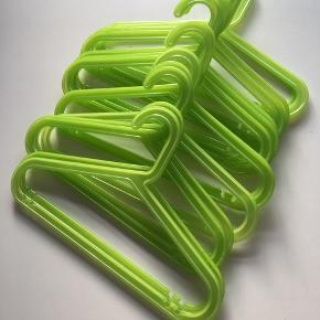 14 stk grønne Bagis børnebøjler fra Ikea. Fra røg- og dyrefrit hjem