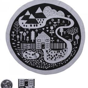 Donna Wilson Lækkert blødt design aktivitetstæppe i bomuld og uld. 106 cm i diameter.