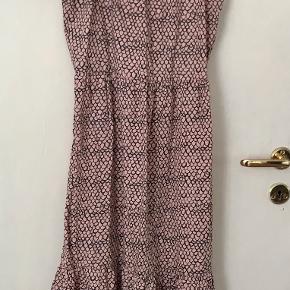 Smuk kjole i et lækkert snit. str 158-164.