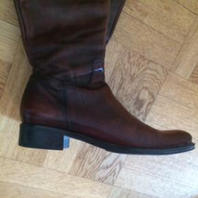 Lækre italienske støvler af mærket Tremp str. 40. Sælges pga. fejlkøb her i forumet. Jeg ved simpelthen ikke om det er ægte læder, men det er i hvert fald rigtig lækker kvalitet - og de er nærmest som nye! Bud modtages ☺️ Jeg sender gerne!