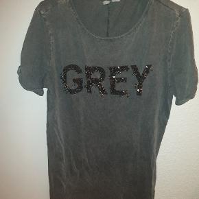 Fed tshirt med nitter i str Xs, men svarer til en str M.  Giv et bud