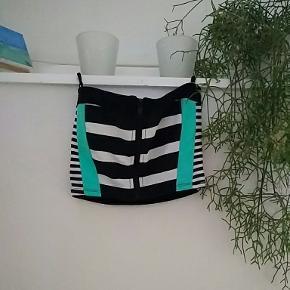Lækker bikinioverdel med aftagelig strop til over nakken. Købt på zalando eller Asos.