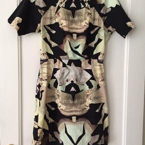 Designers Remix kjole, kropsnær med fine deltaljer og smuk udskæring på ryggen. Brugt 5-6 gange.