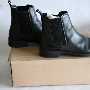 Vero Moda Chelsea støvler i skind.  Brugt max.3 gange.  Æsken medfølgere. Sendes med DAO eller afhentes på Borups Allé.