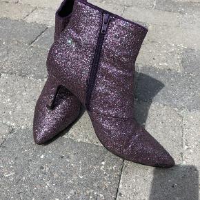 Fine glimmerstøvler med lilla skær. Brugt en enkelt gang