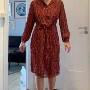 Brugt 1 gang! Rigtig flot kjole fra by Malene Birger. Flere billeder af kjolen kan sendes 😄 kan passes af en S!