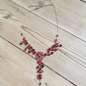 Meget fin og feminin halskæde Aldrig brugt  Længde 46 cm  Købt hos lokal kunsthåndværker på Sydfyn  Fra hjem uden røg eller kæledyr.  Sender gerne, køber betaler porto. Kan også afhentes på Frederiksberg.