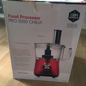 Fin Food Processor fra OBH Nordic i rød, model Pro 2000. Har aldrig været åbnet og står derfor som ny.  Se også mine andre varer :-)