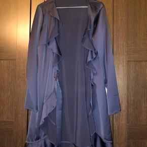 Super fin kjole. Købt i samsøe samsøe. Dog ikke dette mærke men købt i butikken. Gået med 2 gange. Farven på billede er lidt misvisende. Den er mere marineblå.  Nypris 900kr. Sælger for 200kr