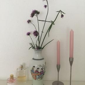 Smuk kinesisk vase sælges. Højde 25 cm🌿🌼☘️🌸se også mine andre spændende annoncer, da jeg sælger ud af ting og sager 🌷🌿🌼☘️🌸