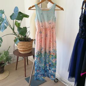 Super smuk lang og ærmeløs maxikjole med print af blomster og sommerfugle 😍 – Den perfekte sommerkjole til fest eller når den unge dame skal være pæn.