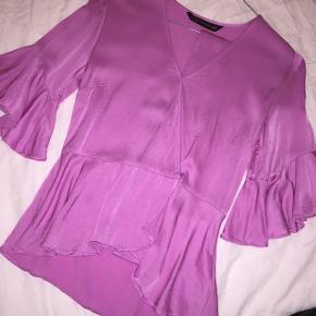 Virkelig fin trøje fra Zara i str. xs (100 % viskose). Sælges udelukkende da den desværre er blevet for lille. Jeg har selv syet den sammen i brystet, da jeg syntes, at den var for nedringet. Ellers lukkes den med to knapper forneden, eller med bindebæltet. Trøjen fejler ingenting - den trænger dog til at blive strøget, da den har mærker efter bøjlen. Prisen er fast 😊