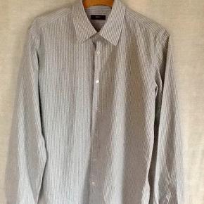 Fra HUGO BOSS : lækker skjorte Størrelse: 41 Farve: Som foto Oprindelig købspris: 1000 kr. Brugt få gange. Sender gerne på købers regning :  DAO 39,-