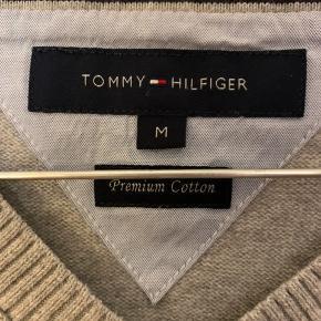 Tommy Hilfiger mens strik pullover  Den fejler intet udover at der er et mindre hul bagerst på højre skulder. Skriv endelig efter flere billeder eller andet! ☺️