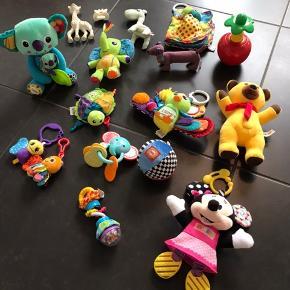 Babylegetøj  Lamaze: Koala med unge der kan tages op 40 kr. Påfugl 25 kr. Elefant 20 kr. Skildpadde 15 kr. Dinobog: 20 kr. Sommerfugl og blæksprutte: 5 kr.  Blå Done by Deer giraf rangle (Raffi) 20 kr. Minnie Mouse 35 kr. Lilla Sebra hund rangle 10 kr. Krea Bold der knitrer 10 kr. Sophie giraf og bidedyr 20 kr. Lego æble der vipper og spiller musik, når man trykker bladene ned, 15 kr. Fisher Price elefant biderangle 10 kr. Nederste rangle med knitrestof og små kugler 15 kr. Bamse (max et halvt år gammel og har kunnet sige en masse sætninger men er løbet tør for batteri og jeg kan ikke umiddelbart se at man kan skifte det) 15 kr.
