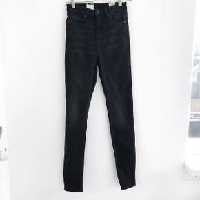 Monki bukser i mørkegrå der er strech i  størrelse: 28 svarende til cirka en Small   pris: 100 kr   fragt: 37 kr