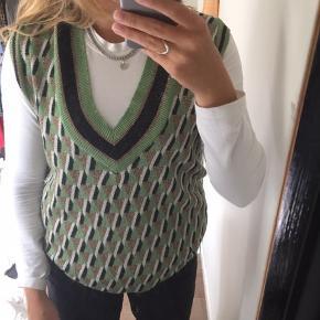 Fin vest fra Zara, brugt et par gange. Kan både fungere som en vest og en kjole (hvis ikke du er alt for høj).
