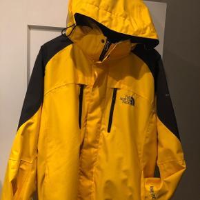 North Face Gore-tex gul bjergguide/ski- jakke. Med en super varm aftagelig inder fleecejakke. I god stand, der er et lille mærke der sandsynligvis går af i vask. Købt i USA 2015 kun brugt på 1 skiferie. Nypris 3400 kr
