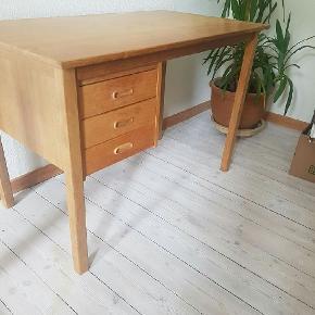 Retro bord, købt brugt. Fin stand med en smule patina på bordpladen. Sælges kun  pga. flytning.