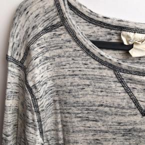 Brystvidden; 92cm  Dejlig blød sweater fra H&M i lysegrå med en smule beige og sort i mellem🌸  97% bomuld 3% elastan Str. M
