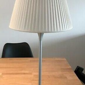 Flos  Romeo Soft T  bordlampe .Designet af Philippe Starck . Aldrig brugt , i original indpakning . Farve: Off white/sølv .Plisseret silkeskærm . Inkl 4 trins lysdæmper . Sendes ikke . Kan hentes i Greve strand eller Amager