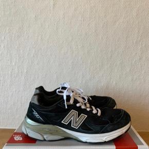 Jeg har ikke sko-kassen længere. De passer normal størrelse, vil jeg mene.