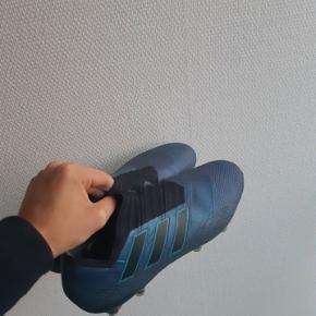 Fodboldstøvler  Adidas nemeziz det er en virkelig god støvle som der næsten ikke er blevet brugt. De er brugt højest 15 gange og står derfor næsten som ny  Det er topmodellen af Nemeziz kollektionen fra adidas   Nyprisen var på 2200kr   BYD