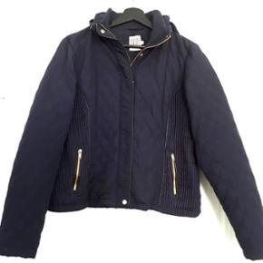 Superlækker kort vatteret jakke. Brugt meget lidt. Der er en tynd hætte, som kan lynes ind i kraven. (Jeg sender ikke denne)