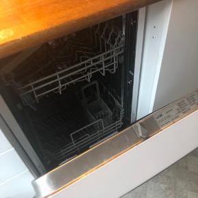 Opvaskemaskine Jeg skal flytte og min opvaskemaskine kan ikke komme med.  Kom med et bud! Mål: 83 cm H 45 cm B