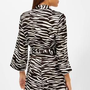 Den behagelige, løse Blakely Silk Blouse med en meget flatterende pasform, det er en kort bluse i slå-om i et skønt zebrastribet mønster og i en blød, luksuriøs silkeblanding. Aldrig brugt og udsolgt alle steder. 92% silke og 8% elastan. Bytter ikke!