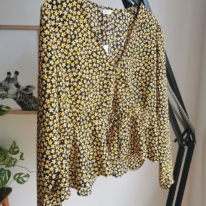 Smuk bluse med slå-om look. Ingen fejl/mangler