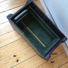 Retro Tuborg-kasse med patina 🌱 Sælges på grund af pladsmangel.   Kassen er malet i siderne, i en svag nuance, som er lidt mørkere end foran.   Mål: Længde: 50 cm Højde: 32 cm B: 25 cm inden i og 27,5 cm inklusiv kanter