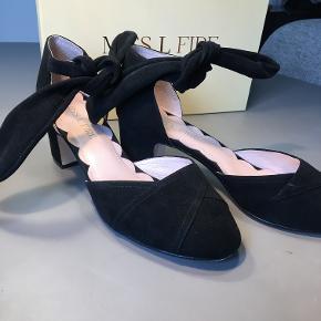 Super lækre 50's style fra Miss L Fire. Bløde og lækre ruskindssko med lille hæl (6 cm)