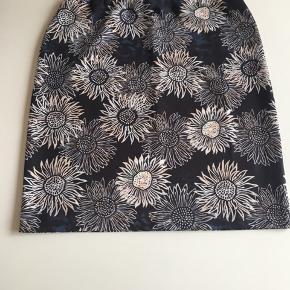 Smart nederdel med indvendig elastik i taljen så den kan også passe str.42 Livvidde uden at strække: 42x2 cm. Længde: 52 cm. Materiale: 95%polyester og 5% elastan.  Bytter ikke!