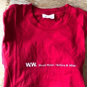 Rød Wood Wood t-shirt.   Mulighed for gratis forsendelse med PostNord