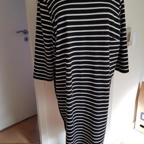 Brand: Nanna xl Varetype: kjole Størrelse: M Farve: Sort hvid  EF.