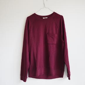 Acne Studios bordeaux / mørkerød bluse / sweater i let shiny materiale med en fin, lille brystlomme.  Brugt, men i god stand. Tænker, den passer str. S og M - jeg er normalt 36/38.   ——————  🛍 Jeg rydder op i klædeskabet - alt skal væk, og jeg er klar på en hurtig handel uden for mange spørgsmå, og derfor har jeg  også sat prisen ekstra lavt.  💸 Køber du flere ting, finder vi selvfølgelig en ekstra god pris.  📦 Jeg sender gerne med DAO, og vi kan også mødes og handle (jeg bor på Vesterbro og arbejder i København K)
