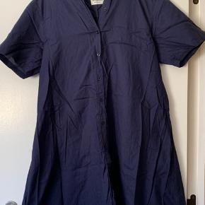 Flot mørkeblå skjorte kjole fra Mads Nørgaard 💙💙💙