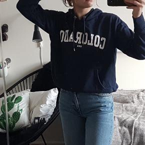 En behagelig hoodie i str.s, meget få tegn på slid :)