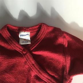 Brand: Sturm Varetype: Uld silke body Farve: Rød  Julerød og lækker body i uld og silke, helt uden pletter, huller og vaskefnuller, vasket skånsomt i uldvask og er som ny.