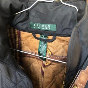 Pæn jakke fra Ralph Lauren - aldrig brugt. Kan hentes i Horsens eller sendes med posten. Køber betaler fragt.