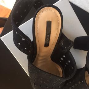 Heels fra Zara Trafaluc str. 38. Hælhøjde: 13cm Nypris: 549kr  Fine heels fra Zara i ruskindslook med cut-out detaljer. Begge sko har en smule slid på indersiden at plateauerne, men ikke noget man ser. Ellers er skoene brugt meget lidt.   BYD 🌸  🌸🌸 - Sender gerne på købers regning - Jeg giver gerne mængde rabat 🌸🌸